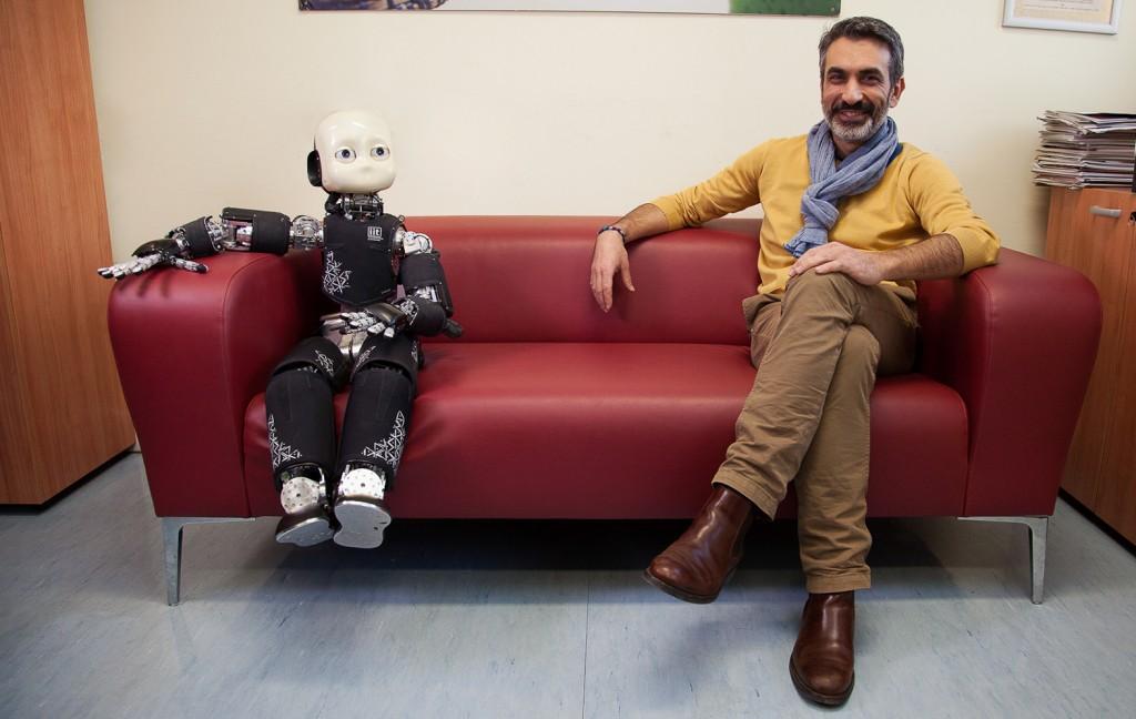iCub et son concepteur Giorgio Metta, de l'Institut italien de technologie (IIT)
