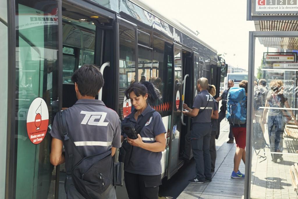 Contrôleurs à la sortie d'un bus sur le réseau TCL © TCL_Sebastien.Erome