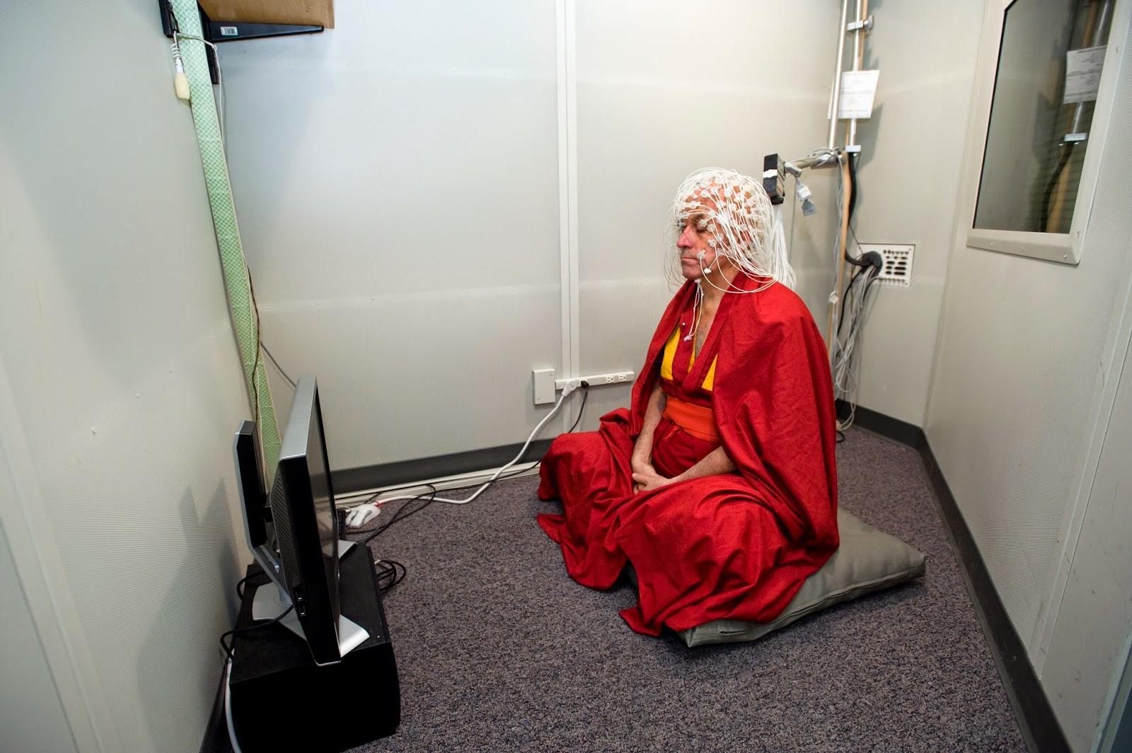 Le moine bouddhiste Matthieu Ricard se soumet à un électroencéphalogramme durant une séance de méditation au laboratoire Waisman d'imagerie cérébrale de l'université de Wisconsin-Madison en 2008. © Jeff Miller