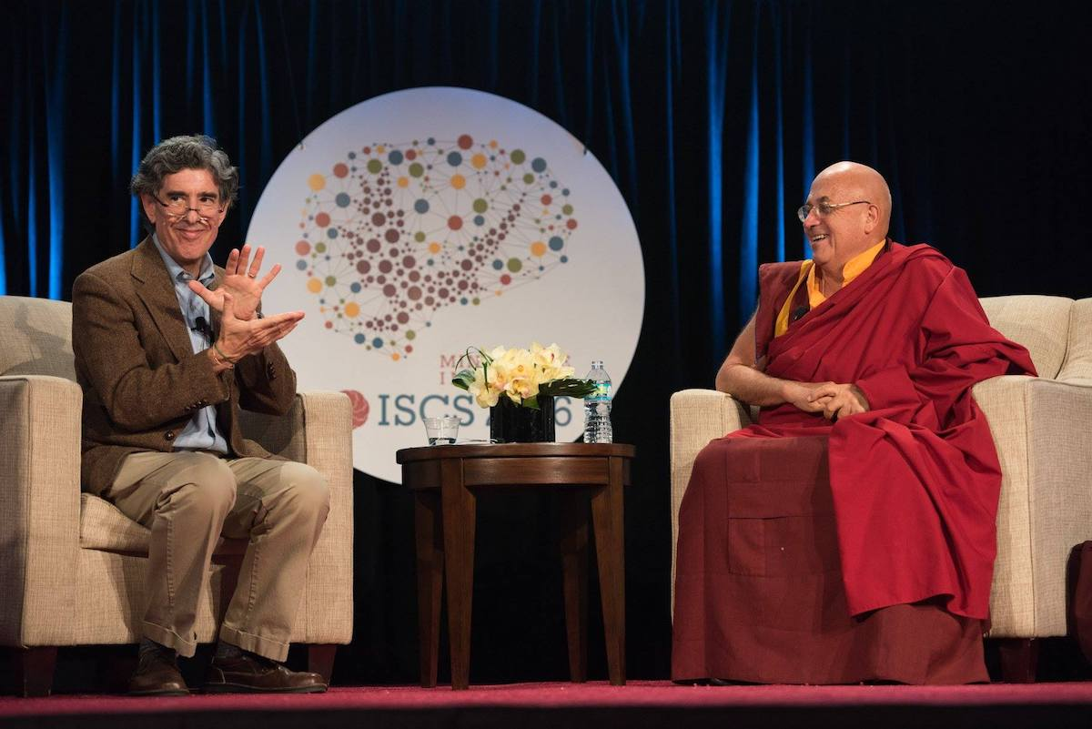Le neuroscientifique Richard Davidson et le moine bouddhiste Matthieu Ricard lors du symposium international d'études contemplatives 2016 à San Diego (Californie). ©Mind&Life