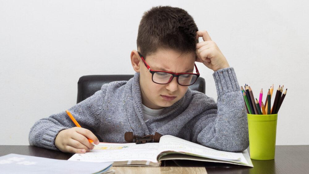 Pourquoi les enfants dyspraxiques ont du mal en mathématiques (©Shutterstock/Photoroyalty)