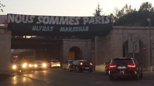 Banderole «Nous sommes Paris» déployée sur un pont de Marseille par les «ultras» de l'OM.